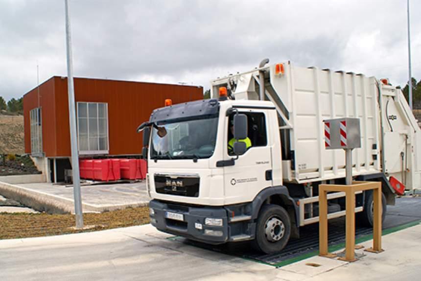 camión de recogida en la báscula de pesaje